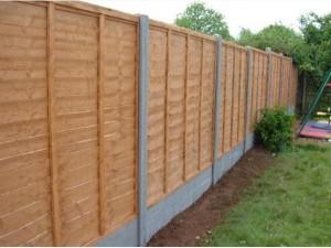 medinė tvora su betoniniais stulpais